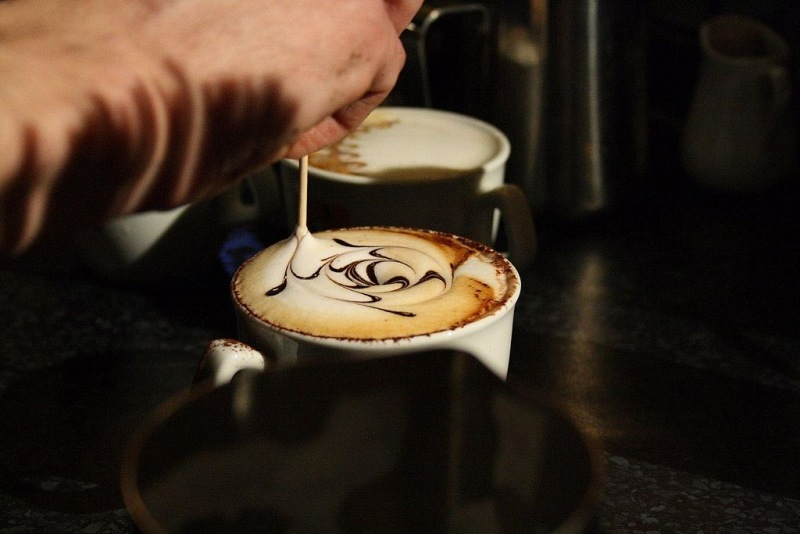 1024px-Making_of_Latte_art_of_cappuccino_on_Coffee_Right_in_Brno,_Czech_Republic
